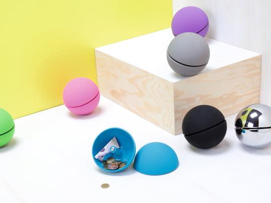 Den kuglerunde Giro Money Box fra Authentics er et minimalistisk skrivebordselement, der ikke afslører sin funktion for nogen. Det er desuden et moderne blikfang.