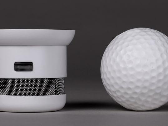 En røgalarm, som er mindre end en golfbold. Men det er ikke størrelsen, der er unik: Den er fuldstændig diskret takket være sit design, uanset hvor den monteres.
