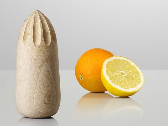 TurnAround saftpresseren fra Muuto er perfekt til presning af citrusfrugter. Designteamet KiBiSi viser, at træ også er et fantastisk velegnet materiale til saftpressere.