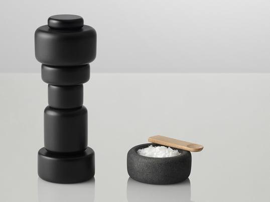 """Designer Norway Says har for Muuto skabt salt- og peberkarret """"One"""", som passer til salt- og peberkværnen """"Plus"""". Det er lavet af granit og kan bruges som supplement til eller i stedet for kværnene."""