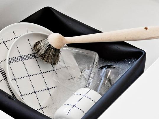 Børster anvendes til at vaske porcelæn, glas, tallerkener og kopper. Opvaskebørsten fra Normann Copenhagen er imponerende takket være naturmaterialerne: Der er anvendt naturbørster, og skaftet er lavet af bøg.