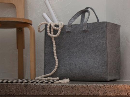 Iittala Meno tasken er først og fremmest kendetegnet ved sine mange anvendelsesmuligheder og praktiske detaljer. Tasken har alt, hvad man kunne ønske sig. Polyesterfilten gør tasken ekstremt holdbar og let og samtidig pæn at se på.