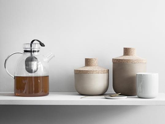Kettle tekanden fra Menu er fremstillet af glas med et praktisk teæg i midten, så du kan brygge helt frisk te.