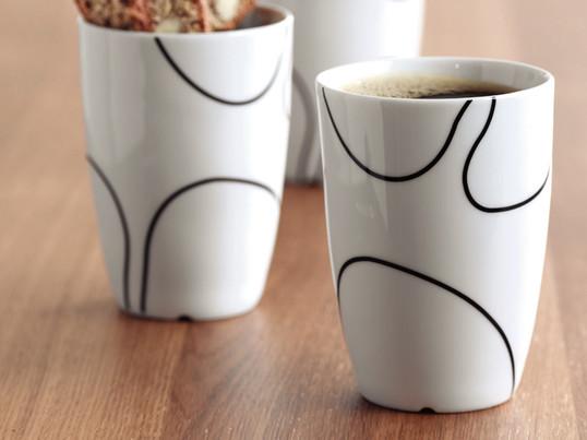 Porcelænskoppen fra Menu har et håndtegnet motiv, der fremhæver symbiosen mellem japansk minimalisme og kølig skandinavisk ro. Den fås i tre størrelser.