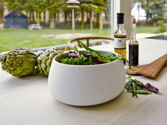 Multifunktionelle skåle til salater, frugter og grøntsager. En elegant salatskål, som både kan bruges til tilberedning og servering.