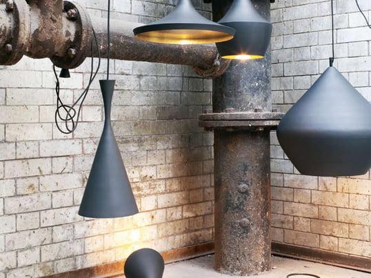 Beat Light pendlerne designet af Tom Dixon er et elegant eksempel på design fra London. Skærmen er sortlakeret, mens det indvendige er messingfarvet.  De fås i tre forskellige former.