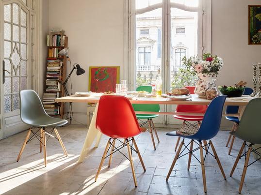 Eames Plastic Side Chair er en klassiker. Den blev designet af Charles og RayEames i 1950 og er den moderne udgave af den legendariske Fiberglass Chair.