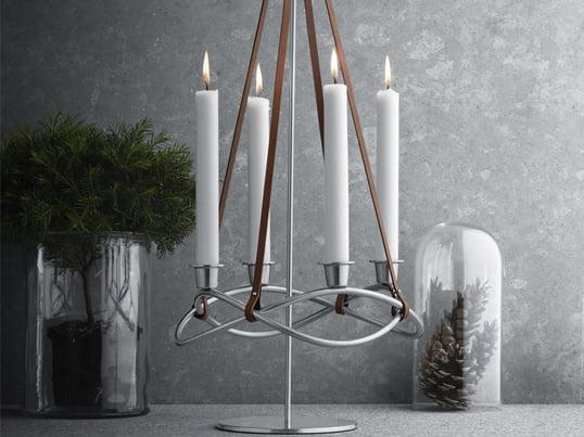Season lysestagen fra Georg Jensen er et flot stykke tilbehør til din stue også uden for juleperioden. Du kan tilpasse den til årstiden ved at dekorere den med farvede stearinlys.