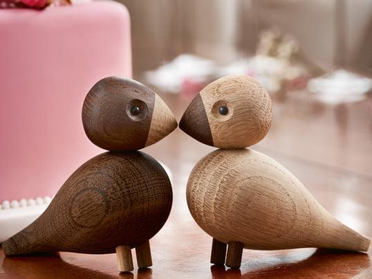 Turtelduerne af Kay Bojesen er en hyldest til de små afrikanske papegøjer, hvis væsentligste kendetegn er deres stærke parforhold. De er fremstillet af ubehandlet, røget eg af høj kvalitet.