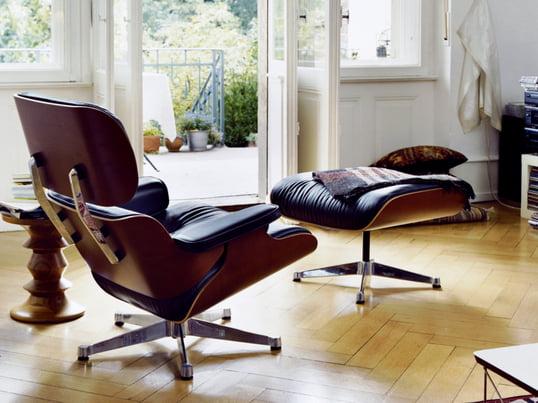 Loungestolen fra Vitra giver med sit klassiske design din stue elegance og komfort. Loungestolen og fodskamlen fås også hver for sig og i andre farver og varianter.
