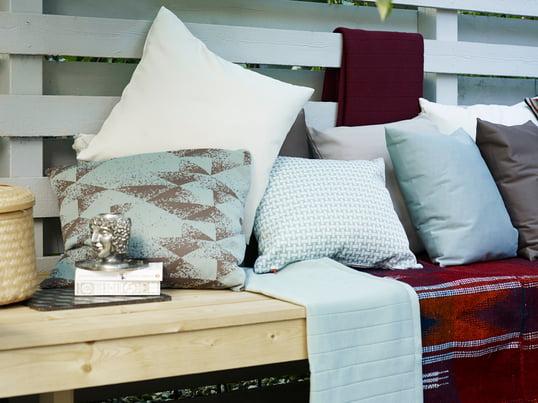 Disse materialer, som er blevet udviklet til brug udendøres, lover at beskytte mod vand, snavs og lys påvirkninger uden at miste deres oprindelige kvalitet. Tekstilernes farve og blødheden forbliver uændret og er modstandsdygtige på samme tid.