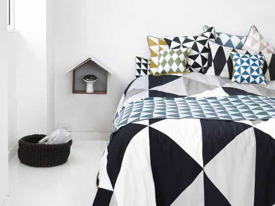 Det sorte og hvide sengetæppe fra Ferm Living forvandler sengen til et moderne og stilfuldt objekt i dit soveværelse. Ud over tæppet har Ferm Living designet matchende puder med kunsttryk.