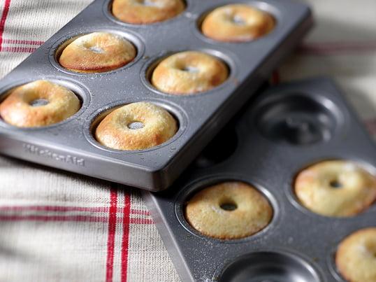 Takket være doughnut-formen kombinerer KitchenAid nemt bagning med gode resultater. De to forme er fremstillet i 8 mm tykt stål med en særlig belægning. Alternativt kan formene bruges til hjemmelavet pizzadej og lækre tærter.