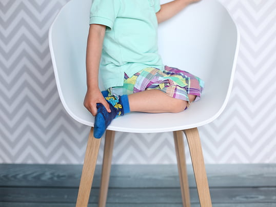 About A Chair AAC22 fra den danske virksomhed Hay er bevidst holdt i et enkelt og rent design. Den blev designet af Hee Welling og har et elegant udtryk.