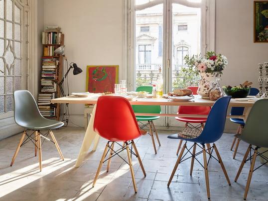 Plastic Side Chair DSW af Charles & Ray Eames fås nu i en mørk udgave, muldvarpegrå, klassisk rød og mange andre farver. Plastic Side Chair er perfekt til såvel spisestuen som køkkenet og kontoret.