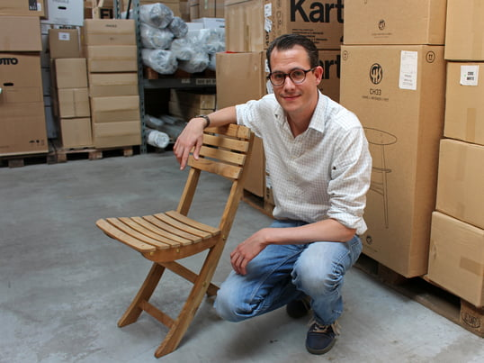 Træingeniøren fortæller, hvordan man vedligeholder teaktræ på Connox' lager. Det vejrbestandige tropiske træ er meget populært til havemøbler. Producenten Skagerak fremstiller Vendia stole af teaktræ.