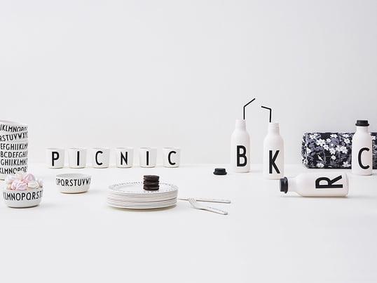 De forskellige produkter fra producenten Design Letters: De anvendelige produkter fra Design Letters kan bruges overalt i køkkenet og stuen, samt på badeværelset eller kontoret. Uanset om det er på bægre, opbevaringskrukker med låg eller til beholdere til accessories.