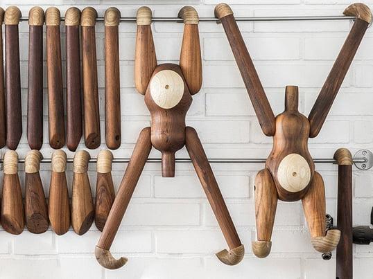 Kay Bojesen aben gennemgår en streng kvalitetskontrol for at sikre, at teak- og limbatræet har den rette kvalitet. Selvom producenten lægger vægt på et ensartet udseende, er små pletter og striber ikke ualmindelige, og det sikrer, at hvert produkt er unikt.