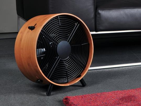 Om sommeren bliver der varmt, sommetider over 25 grader, og der ophobes varm luft i stuen eller på kontoret. Hvis der ikke er aircondition, er ventilatoren et forfriskende alternativ.