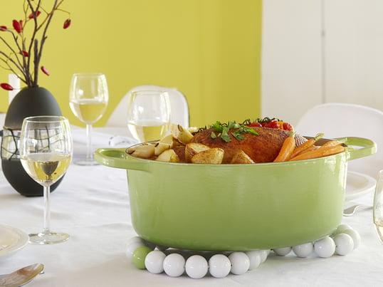 En bordskåner er lige så meget en del af bordopdækningen som tallerkener, glas og bestik. Bordskånere beskytter bordpladen og dugen mod varmen fra frisklavet mad i gryder og skåle. Men i usædvanlige farver eller materialer er en bordskåner til gryder også et dekorativt element i køkkenet.