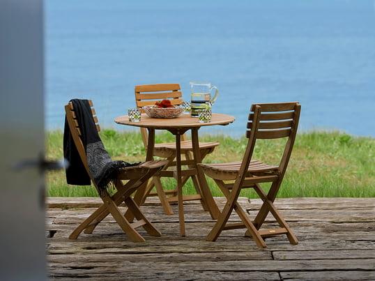 Nostalgi i hjemmet: havestole og borde i en traditionel landlig stil. Skagerrak begejstrer med holdbare og tidløse havemøbler i træ.
