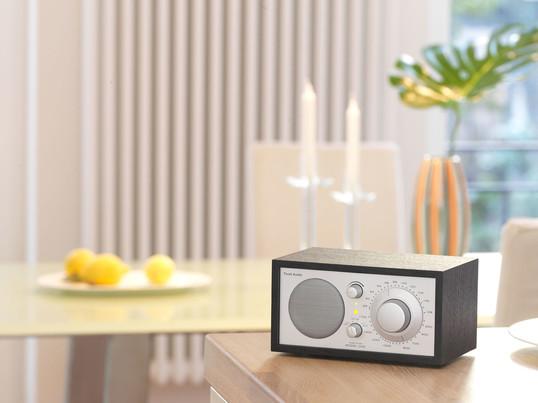 Bordradio fra Tivoli Audio i hivd, dort eller trædesign og begejstrer mange med topkvalitet. Radioen finder ikke kun sin plads i stuen eller soveværelset, men også i køkkenet.