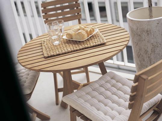 Havemøbler af træ giver altanen et rustik look. Vendia bordet med stole fra Skagerrak er det perfekte sted til en dejlig udendørs morgenmad.