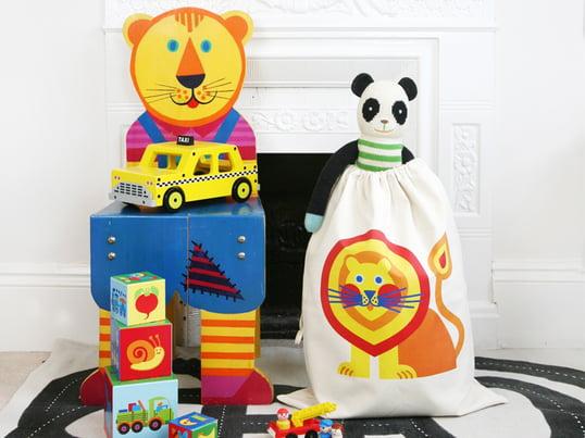 Legetøjsposen fra byGraziela med sine legende, flotte motiver er ikke blot et stort farveaftryk på børneværelset, men skaber også let orden.