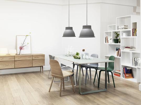 ///Der 70/70 Tisch von Muuto in weiß passt in wirklich jedes Interieur – mit dem Stacked Regalsystem in weiß schaffen Sie ein luftiges Ambiente. ///Die Unfold Pendelleuchte in grau, der Nerd Chair in oak sowie der Visu Stuhl sorgen für einen gekonnten Stilbruch.