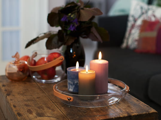 Holmegaard Design with light lysfadet understreger den hyggelige stemning, som opstår med farverige stearinlys og deres varme lys. Design dekorationens læderhåndtag understreger dette.
