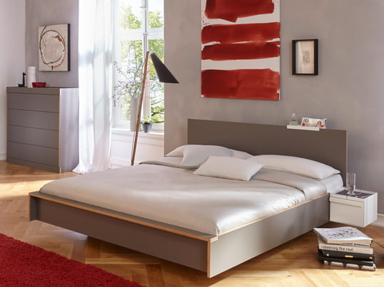 Flai sengen fra Müller Möbelwerkstätten har et tidløst design med lige, klare linjer, som skaber et harmonisk udtryk. Hovedgærdet giver større komfort og stil.