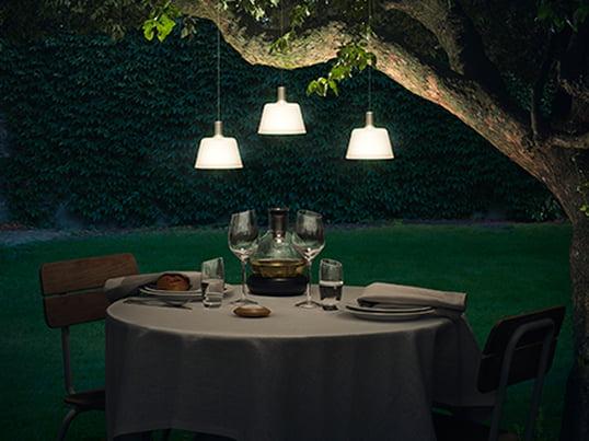SunLight solar pendlen fra Eva solo kan fastgøres nemt på balkonen eller i et træ i haven. Den indirekte lyskilden er et specielt blikfang og får haven til at stråle i et blødt lys - perfekt som et highlight over havebordet