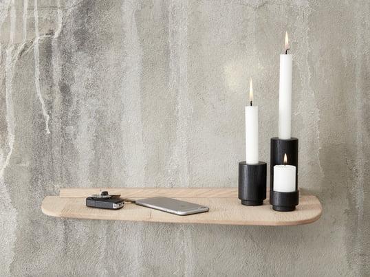 Create Me fyrfadsstager fås i forskellige størrelse og er det perfekte match til lysestagerne. Create Me lysestagerne i sort passer godt til hylden fra Andersen Furniture.