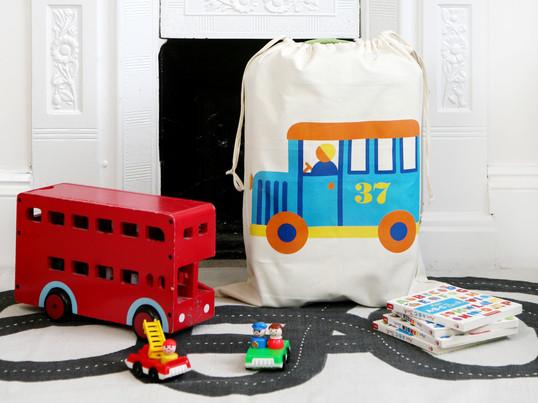 Legetøjsposen af producenten byGraziela med sine legende, flotte motiver er ikke blot et storartet farveaftryk på børneværelset, men skaber også let orden.