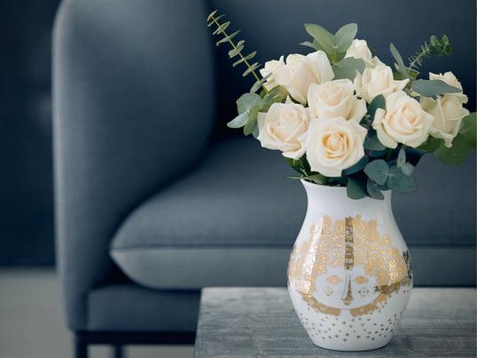 Vasen Felicia af Bjørn Wiinblad har et hånddekoreret motiv af en kvinde med et storslået hår. Derfor rengøres vasen bedst i hånden.