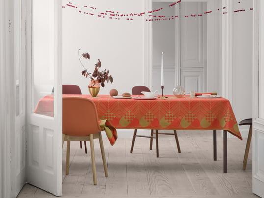 Juledugen af Georg Jensen Damask blev designet af Bodil Bødtker Næss og er en festlig dug, der r i adventstiden pynter spisebordet med dens julemotiver.