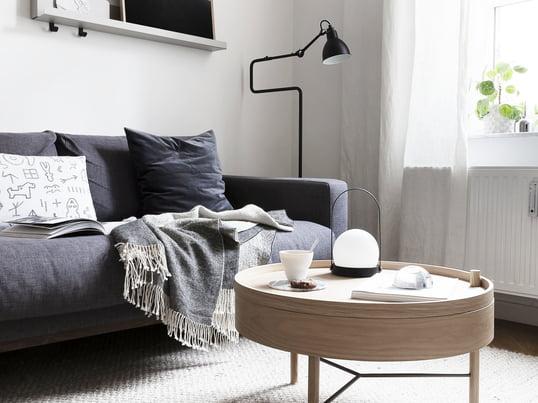 Turning Table fra Manu i lyst eg passer pefert til de afdæmpede farver i stuen. Sofabordet er designet af den tyske designer Theresa Arns.
