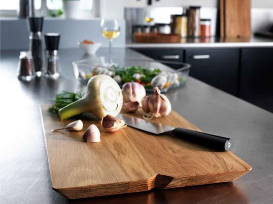 Når maden er klar, bliver skærebrættet fra Rosendahl til en serveringsbakke. Det præsenterer kød, ost og frugt på en smuk og harmonisk måde.