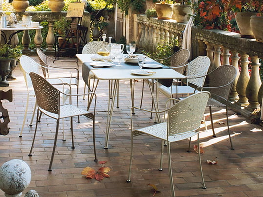 Rendez-Vous bord og stol af Fermob arbejder i haven hyggelige og romantiske. Takket være det materiale, der let-pleje og cut-outs er det især vejr-resistent og slidstærk.
