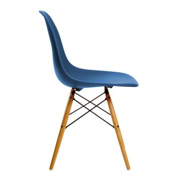 Vitra – Eames Plastic Side Chair DSW, gullig ahorn/navy blue
