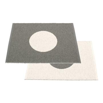Vera lille venbart tæppe, 70 x 90 cm af Pappelina i trækul / vanilje