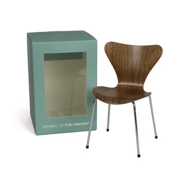 Miniature Serie 7 stol fra Fritz Hansen i valnød