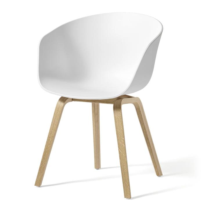 About A Chair AAC 22 af Hay i sæbebehandlet eg / hvid