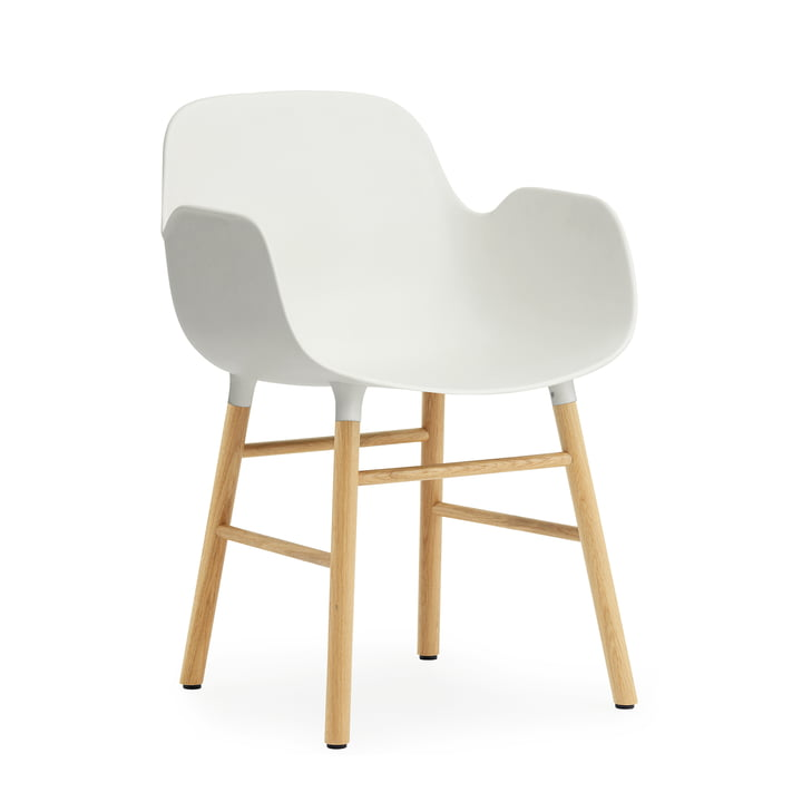 Hvid Form Armchair fra Normann Copenhagen med egetræsben