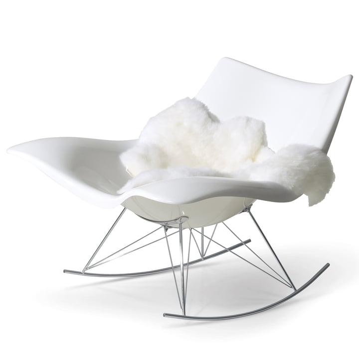 Stingray-gyngestol fra Fredericia i hvid/krom med fåreskind