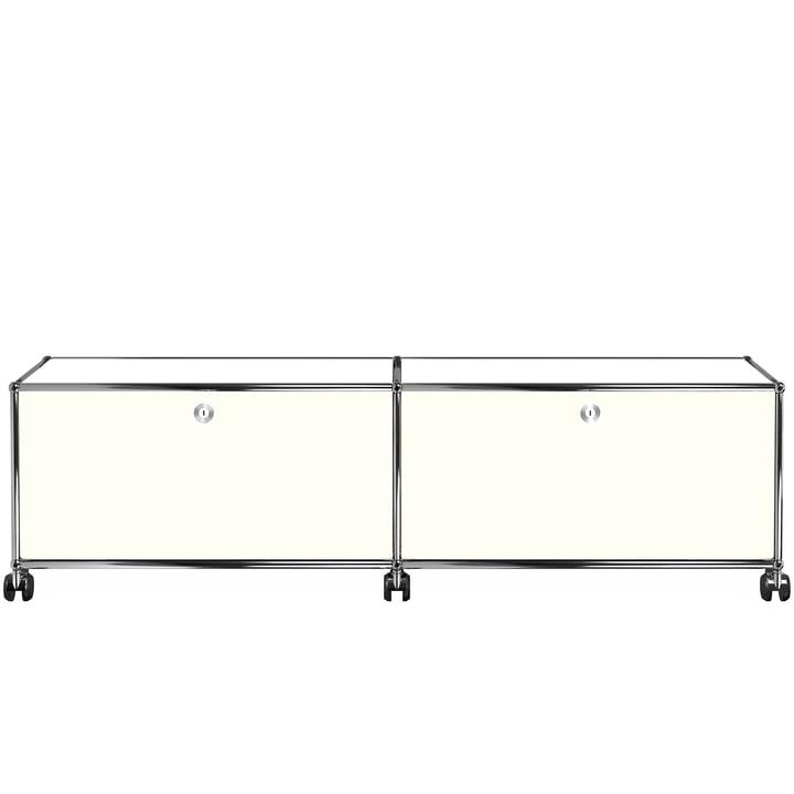 Lavt TV-/hi-fi-bord M fra USM Haller med to låger, der åbnes oppefra og ned, og hjul, ren hvid (RAL 9010)