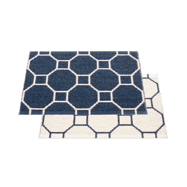 Squeegee reversible tæppe, 70 x 50 cm i mørkeblå / vanille af Pappelina
