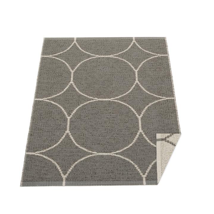 Boo reversible tæppe, 70 x 100 cm i trækul / linned af Pappelina