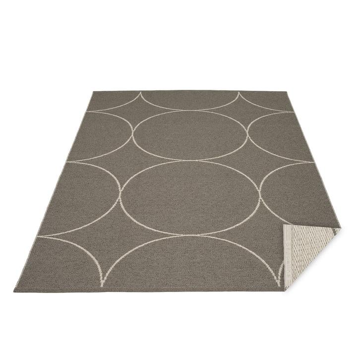Boo reversible tæppe, 180 x 275 cm i trækul / linned af Pappelina