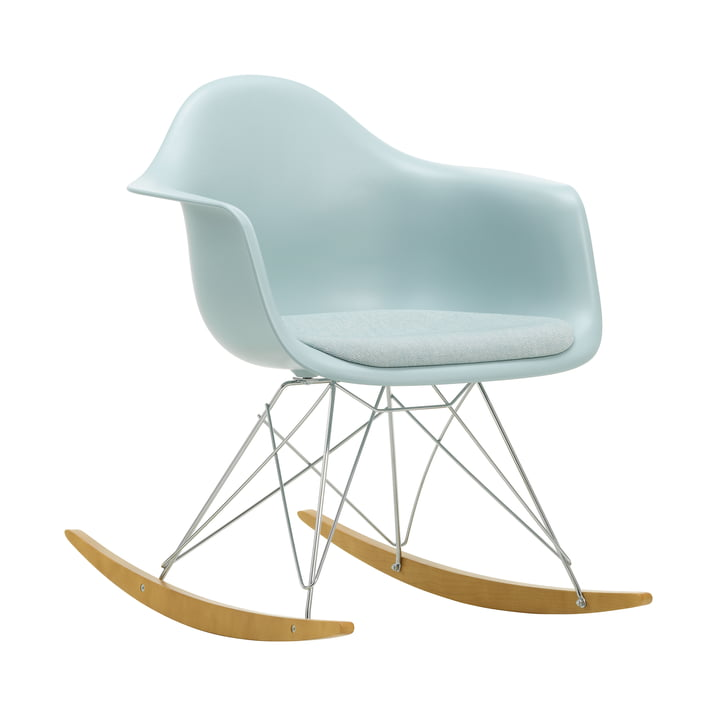 Eames Plastic Lænestol RAR af Vitra i ahorn gullig / krom / sædepude Hopsak isblå / elfenben / sædeskal isgrå